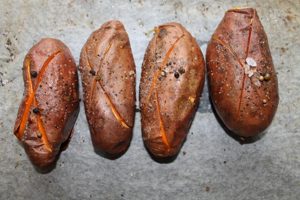 Bakt søtpotet med ost, bacon og løkringer (3/6)