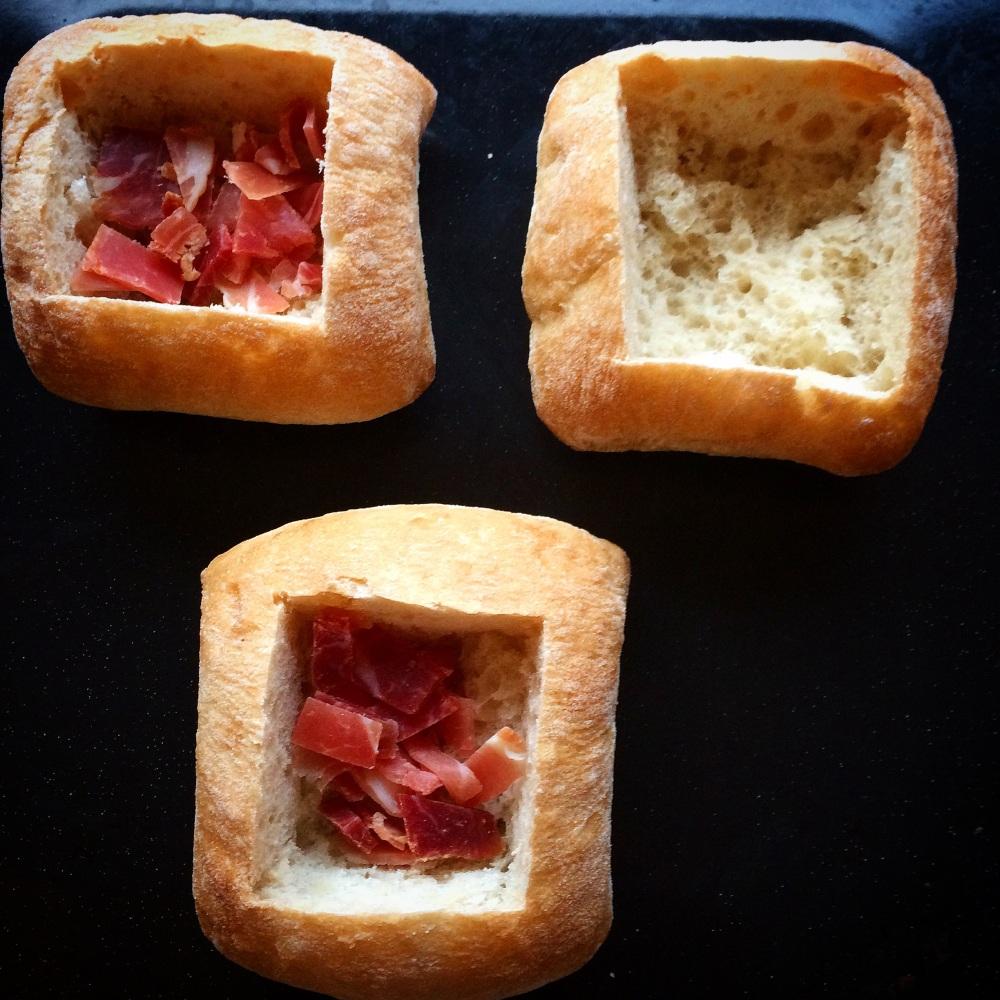 Omelettfylte rundstykker med ost og skinke (2/5)