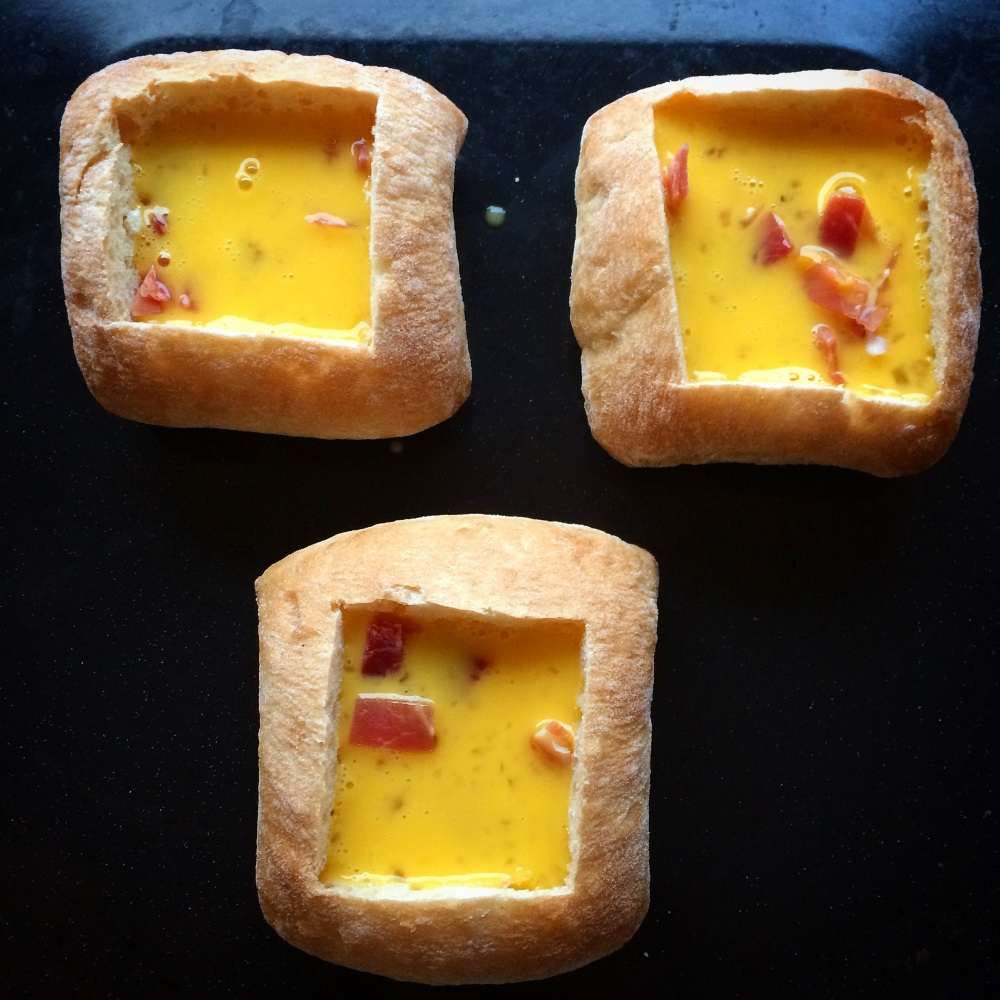Omelettfylte rundstykker med ost og skinke (3/5)