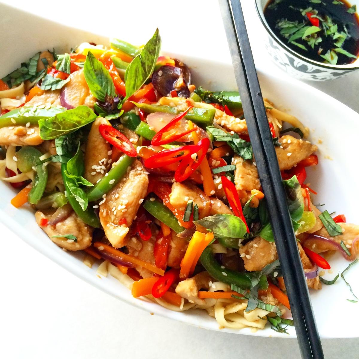 Teriyaki kylling med nudler og sprø grønnsaker